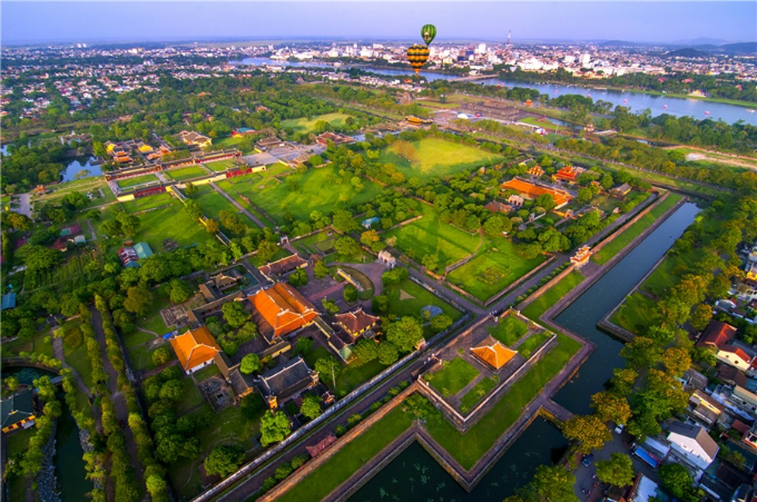 Hues Complex of Monuments was listed as a UNESCO World Heritage Site in 1993. The complex includes many vestiges of the Nguyen Dynasty, such as the Imperial Citadel, High Noon Gate and many tombs, monuments and pagodas.