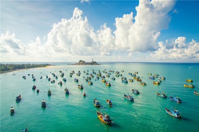 Located in Ham Thuan Nam District, Binh Thuan Province, Ke Ga Cape is not crowded, but peaceful, wild and idyllic. Tides have turned this place into an isolated island which is surrounded by blue sea. Tourists will be astonished by exploring the oldest and highest lighthouse of Vietnam and Southeast Asia here.