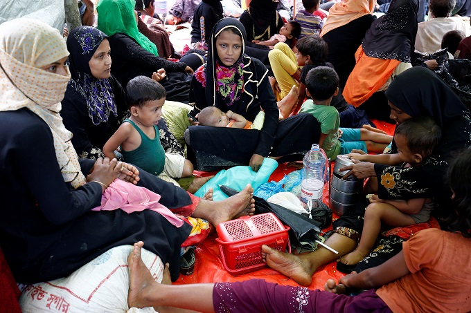 myanmar-army-battles-rohingya-insurgents-thousands-flee-4