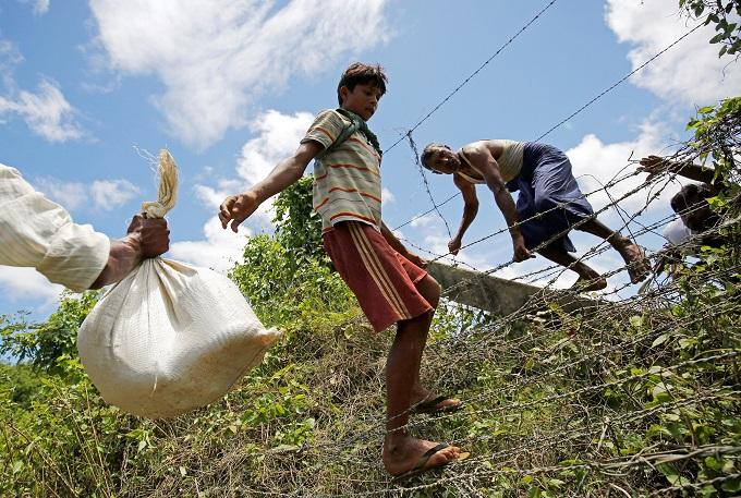myanmar-army-battles-rohingya-insurgents-thousands-flee-2