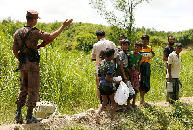 myanmar-army-battles-rohingya-insurgents-thousands-flee-3