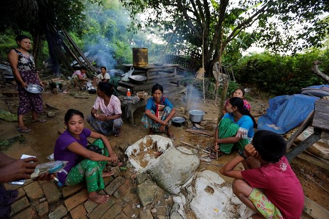 myanmar-army-battles-rohingya-insurgents-thousands-flee-1