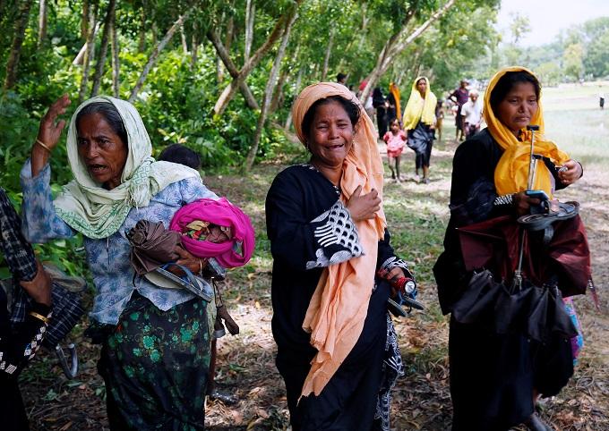 myanmar-army-battles-rohingya-insurgents-thousands-flee-5