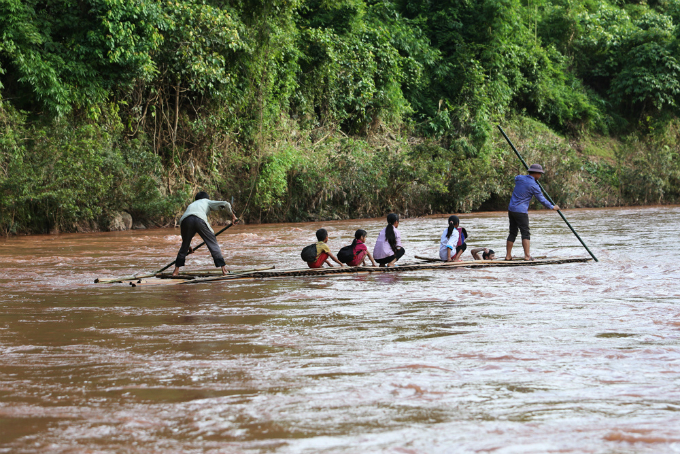 perilous-river-crossing-makes-first-day-at-school-nerve-racking-in-northern-vietnam-2