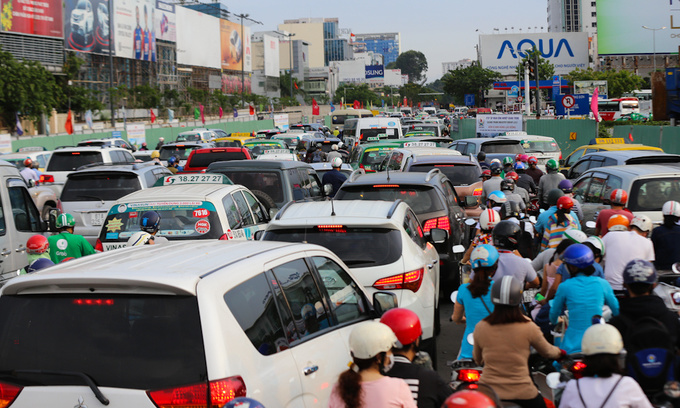 Saigon calls for carpooling service ban to be revoked as city grinds to a halt