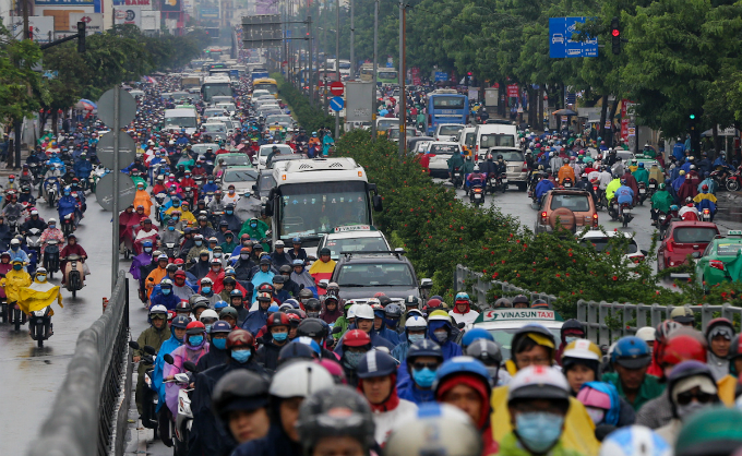 heavy-downpours-leave-saigons-traffic-in-chaos
