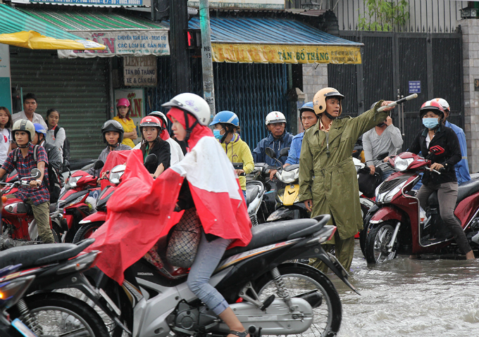 heavy-downpours-leave-saigons-traffic-in-chaos-7