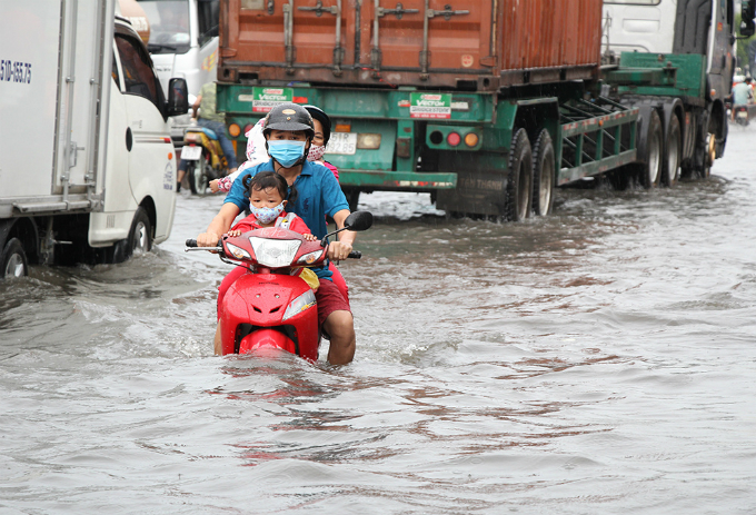 heavy-downpours-leave-saigons-traffic-in-chaos-4