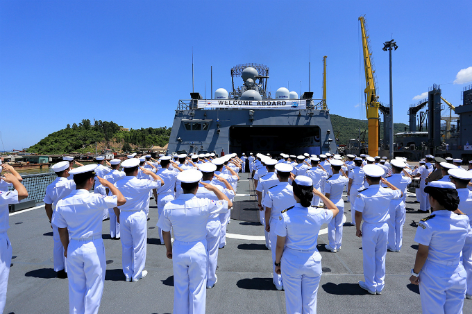two-skorean-naval-ships-start-four-day-visit-in-central-vietnam-9