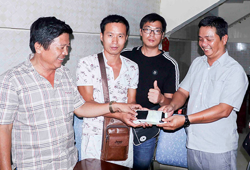 vietnamese-bus-driver-returns-lost-wallet-to-chinese-tourist-in-central-vietnam
