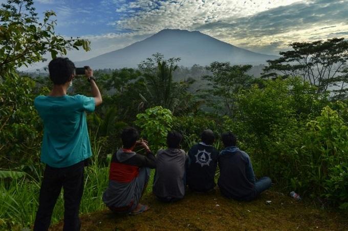 Tens of thousands flee rumbling Bali volcano