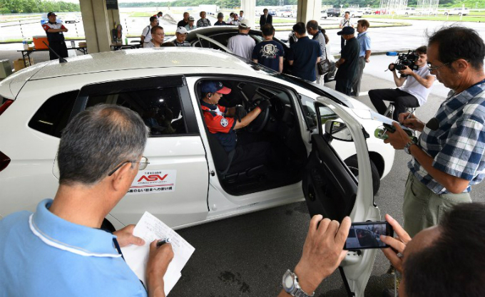 an instructor (C) giving lessons on car maintenance at a driving school for senior citizens, managed by the Japan Automobile Federation (JAF), in Kanuma, Tochigi prefecture. Photo by AFP/Kazuhiro Nogi