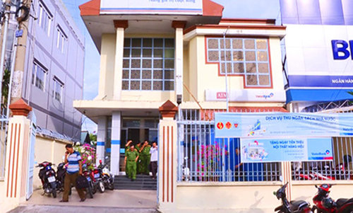Masked man robs bank, flees with over $8,800 in southern Vietnam