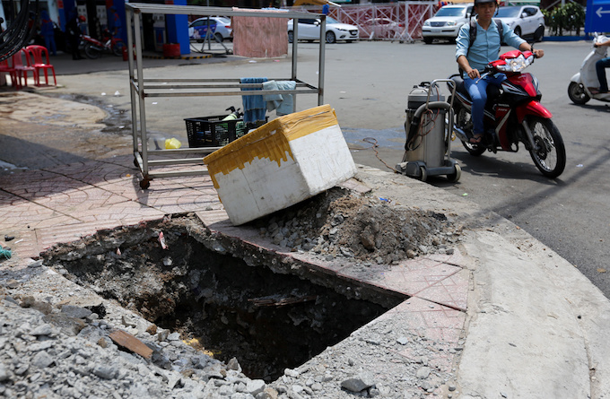 deadly-road-traps-open-sewers-call-for-sidewalk-patch-up-in-saigon-1