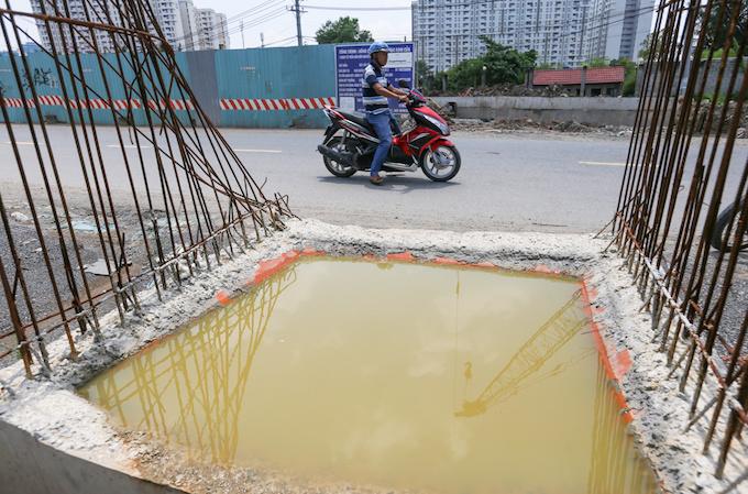 deadly-road-traps-open-sewers-call-for-sidewalk-patch-up-in-saigon-6