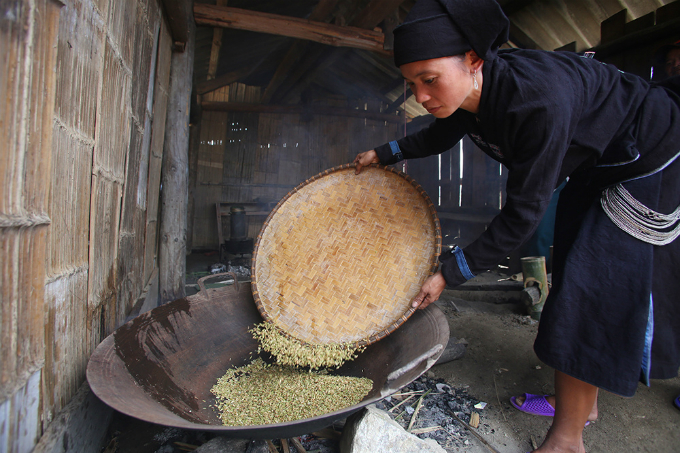 ethnic-group-keeps-the-fire-stoked-for-rice-flakes-in-northern-vietnam-6