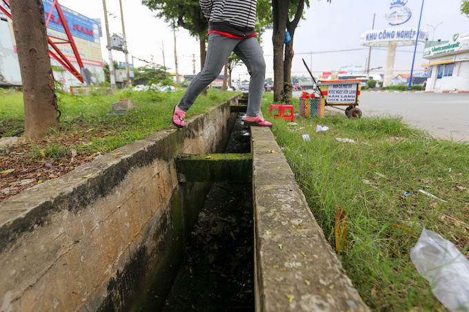 deadly-road-traps-open-sewers-call-for-sidewalk-patch-up-in-saigon-8