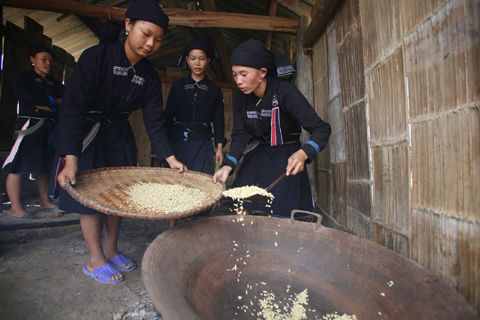 ethnic-group-keeps-the-fire-stoked-for-rice-flakes-in-northern-vietnam-8