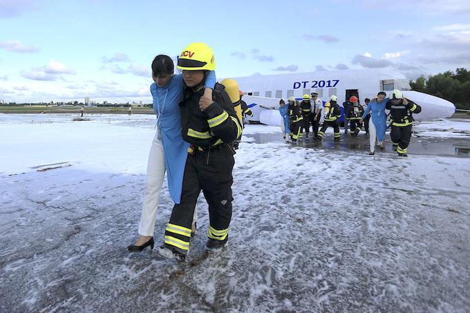da-nang-practices-air-crash-rescue-ahead-of-apec-summit-6