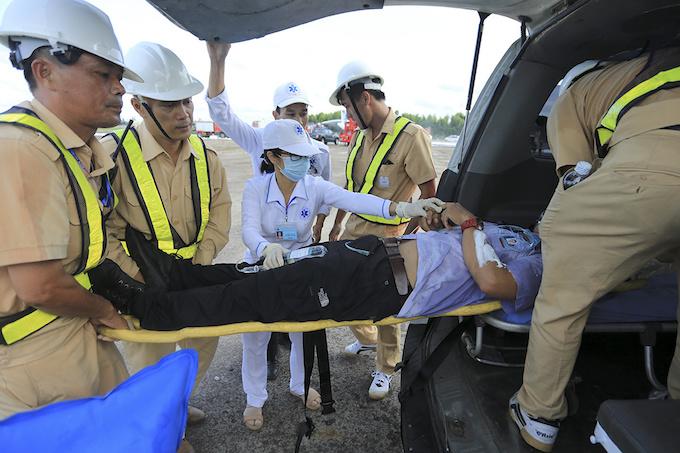 da-nang-practices-air-crash-rescue-ahead-of-apec-summit-7