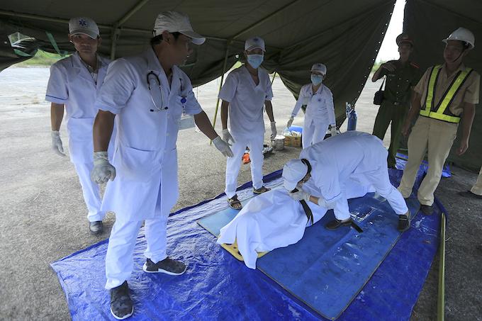 da-nang-practices-air-crash-rescue-ahead-of-apec-summit-8