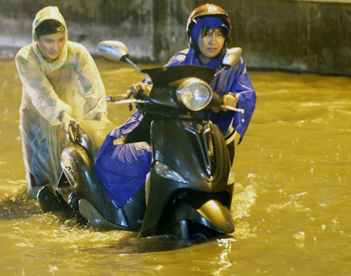 motorcyclists-stranded-again-as-saigon-streets-turn-into-rivers-under-heavy-rain-1