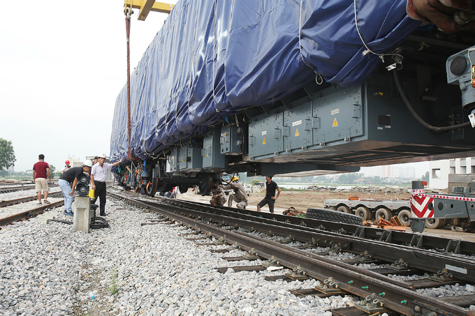 first-train-cars-slide-onto-the-tracks-of-hanois-much-delayed-elevated-railway-line-2