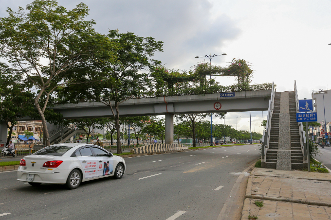 daredevil-pedestrians-ignore-footbridges-in-saigon-8