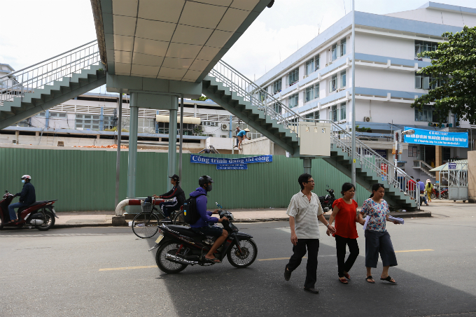 daredevil-pedestrians-ignore-footbridges-in-saigon