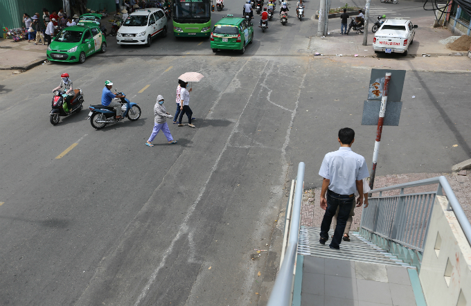 daredevil-pedestrians-ignore-footbridges-in-saigon-2
