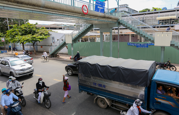 daredevil-pedestrians-ignore-footbridges-in-saigon-1