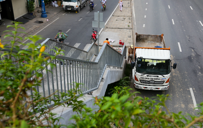 daredevil-pedestrians-ignore-footbridges-in-saigon-4