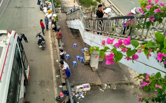 daredevil-pedestrians-ignore-footbridges-in-saigon-7