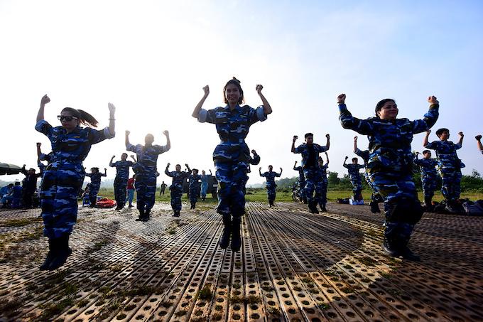 perfect-jump-young-hanoians-get-high-on-parachutes