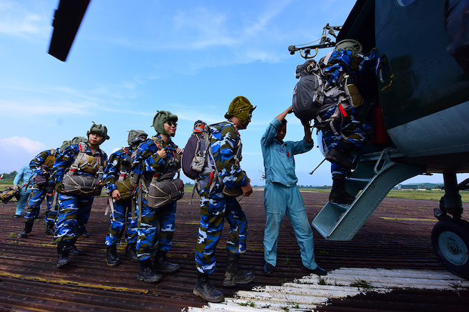 perfect-jump-young-hanoians-get-high-on-parachutes-4