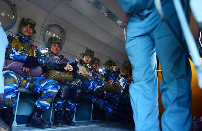 perfect-jump-young-hanoians-get-high-on-parachutes-5
