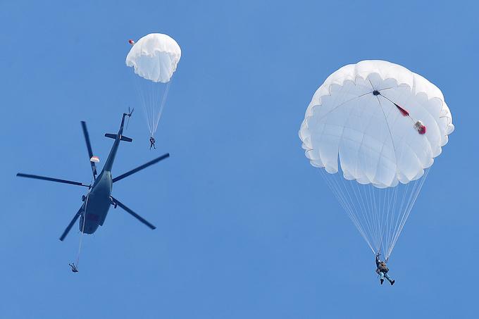 perfect-jump-young-hanoians-get-high-on-parachutes-6
