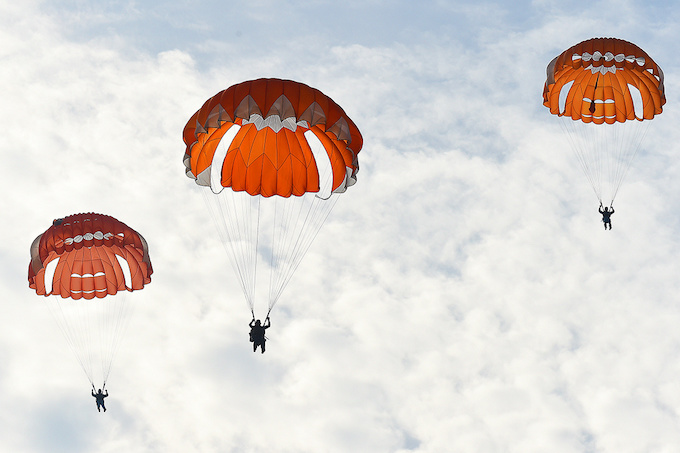 perfect-jump-young-hanoians-get-high-on-parachutes-7