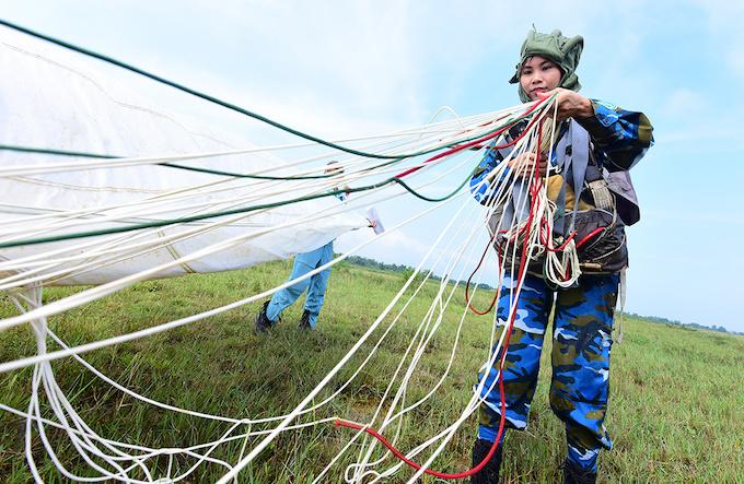perfect-jump-young-hanoians-get-high-on-parachutes-8