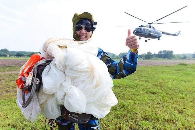 perfect-jump-young-hanoians-get-high-on-parachutes-9