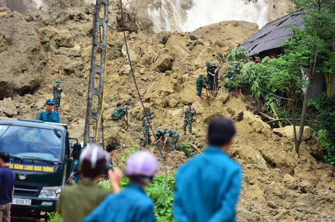 Hundreds of search and rescue officers are looking for victims buried by a landslide that collapsed seven houses early morning on October 12 in Hoa Binh Province. Photo by VnExpress