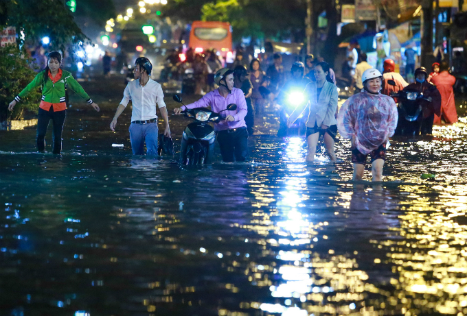Another flood, another chaotic soaking night in Saigon