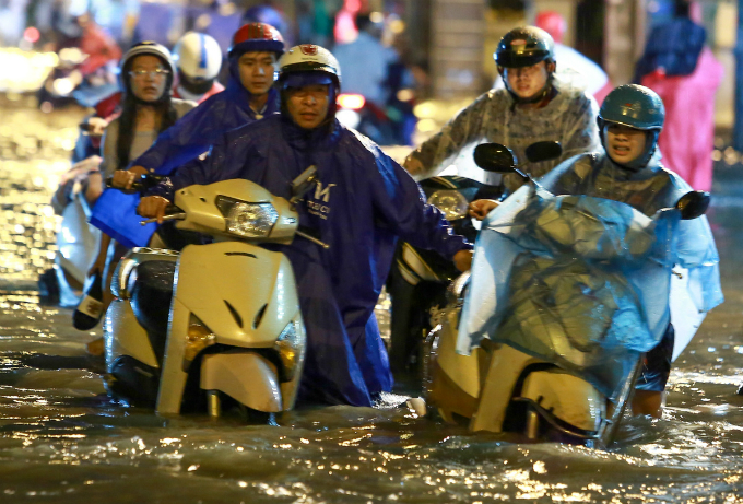 another-flood-another-chaotic-soaking-night-in-saigon-1