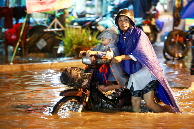 another-flood-another-chaotic-soaking-night-in-saigon-4