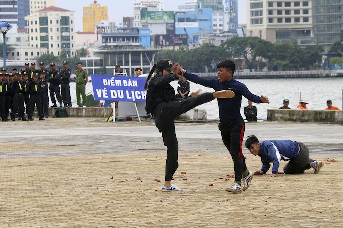 high-kicks-da-nang-police-muscle-up-for-apec-summit-9