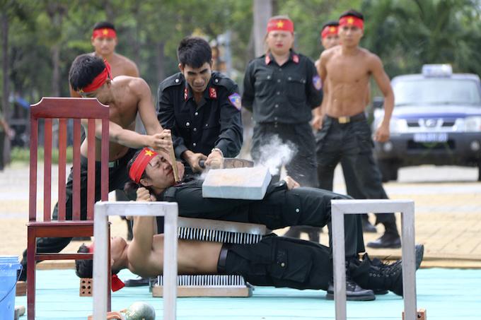 high-kicks-da-nang-police-muscle-up-for-apec-summit-3