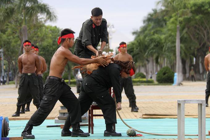 high-kicks-da-nang-police-muscle-up-for-apec-summit-6