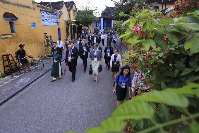 apec-finance-ministers-explore-the-streets-of-hoi-an-3