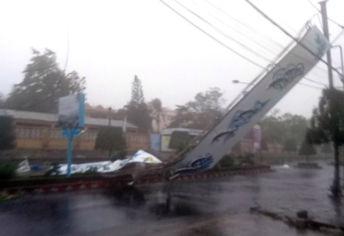 death-toll-from-vietnam-storm-tops-60-and-dams-near-bursting-12