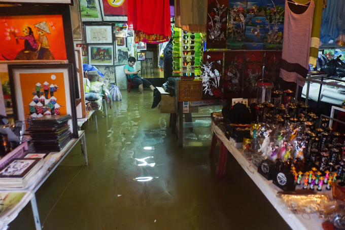 We are accustomed to the floods. However this time the water rose so that I could not clean up my goods in time. Some of them got soaked in water, said Hoai Nam, a sourvenir shop owner in Hoi An.